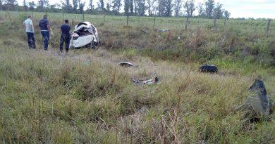 Alejandra: Un muerto y dos heridos al volcar un auto
