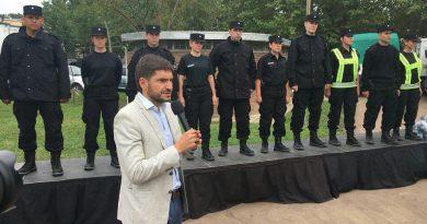 Entregan uniformes a agentes policiales