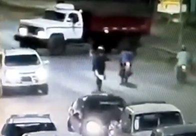 """Vídeo: iba haciendo """"willy"""" y se estrelló contra un camión en la RN 11"""
