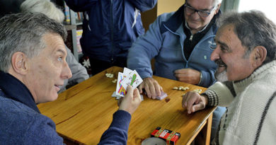 El gobierno nacional eliminó el reintegro del 15% del IVA que beneficiaba a jubilados y beneficiarios de planes sociales por su compra con tarjeta de débito.