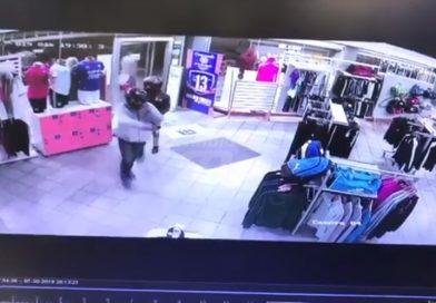 Video: tres delincuentes armados robaron en una casa de deportes