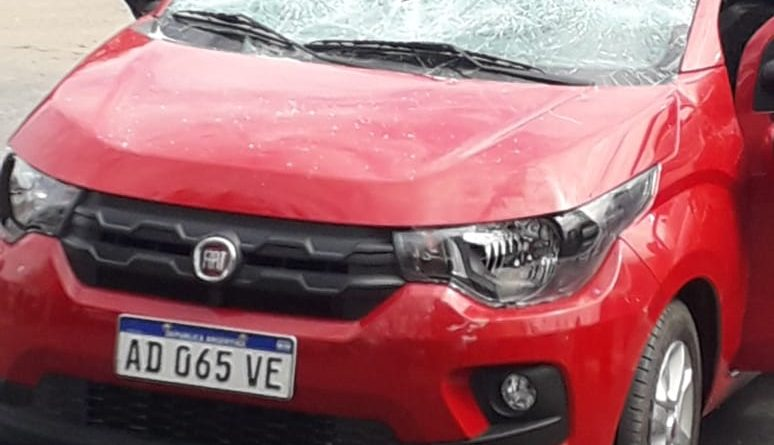 Impactante: atropelló a un grupo de manifestantes y le destrozaron el auto