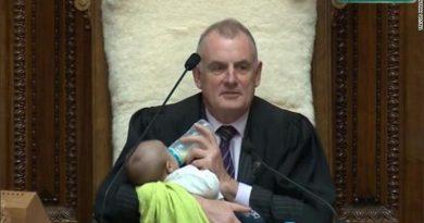 Nueva Zelanda: presidente del Parlamento alimenta al bebé de un diputado en la sesión