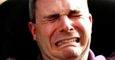Insólito: docente llora porque lo dejó la novia y hace cinco meses que no da clases